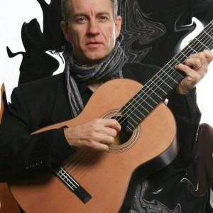 Mike Bevan com o violão feito pelo luthier Lineu Bravo