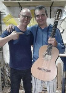 Luthier Lineu Bravo entrega a encomenda do mais novo cliente, o músico Henry Burnett