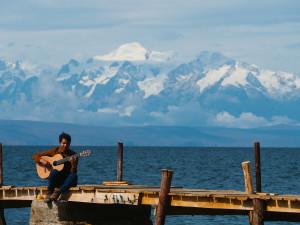Raphael Gimenes e seu violão Lineu Bravo em Titicaca, lago localizado no Peru