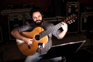 Rogério Caetano com violão de Lineu Bravo