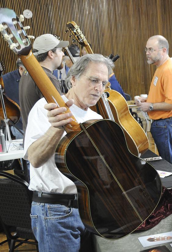 Luthier Jeffrey Elliott (foto de Steve McElrath)