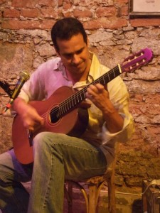 Zé Paulo Becker playing a Lineu Bravo guitar