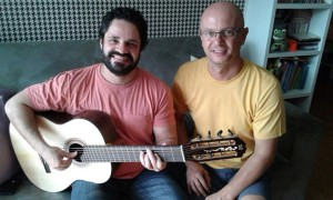 Rogério Caetano with his new 7-steel-string guitar and Lineu Bravo luthier/ Picture: Milena Tibúrcio