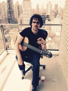 Sandro Albert com seu violão Lineu Bravo. Foto: Sandro Albert
