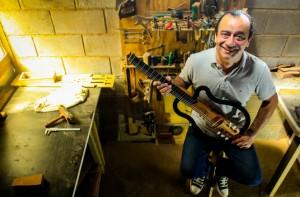 O violão vazado é um instrumento patenteado pelo luthier Arimatéia Foto: Pedro Ivo Prates/Meon