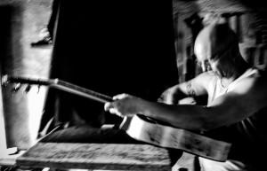 O luthier Lineu Bravo no processo de criação do violão em sua oficina/Foto: Pedro Ivo Prates