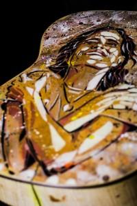 Detalhe das costas do violão, o rosto de Zélia Duncan/Foto: Pedro Ivo Prates