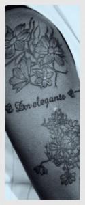 A tatuagem no braço da cantora, que inspirou o luthier Lineu Bravo