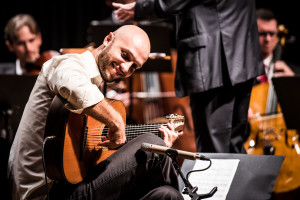 Felipe Coelho com seu violão Lineu Bravo